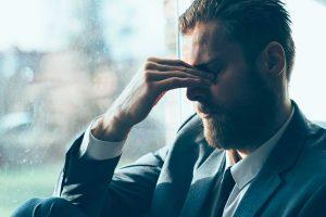 Een man die de eigenschap hooggevoeligheid (hsp) bezit en last ervaart van deze hooggevoeligheid op werk