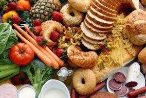 Een foto van verschillende soorten voeding dat moet illustreren dat men voedselintolerantie kan hebben voor verschillende soorten voeding.